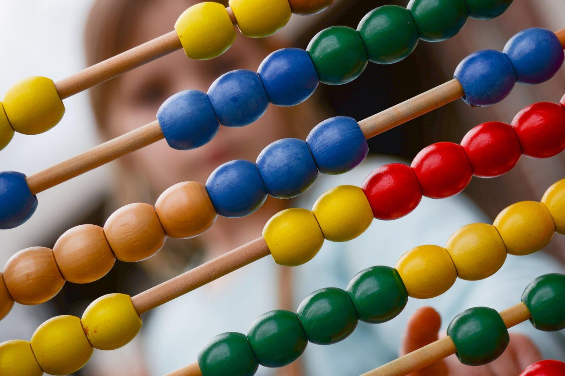 Arifmetika garanyňda, algebra düşünmek çaga üçin aňsatdyr